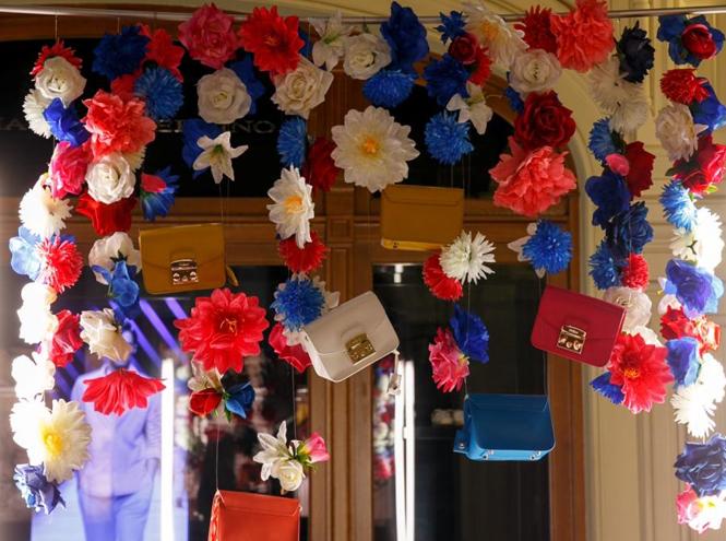Фото №4 - Цветы и сумки: яркая модная инсталляция от Furla