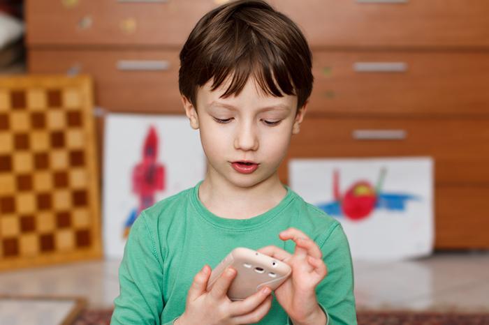 Фото №1 - Позвони мне: нужен ли ребенку мобильный телефон и какой