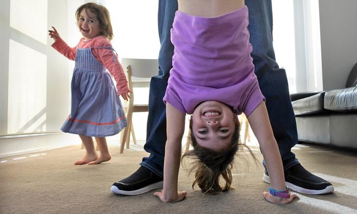 Фото №1 - Как разыграть ребенка с помощью простого, но веселого фокуса (видеоинструкция)