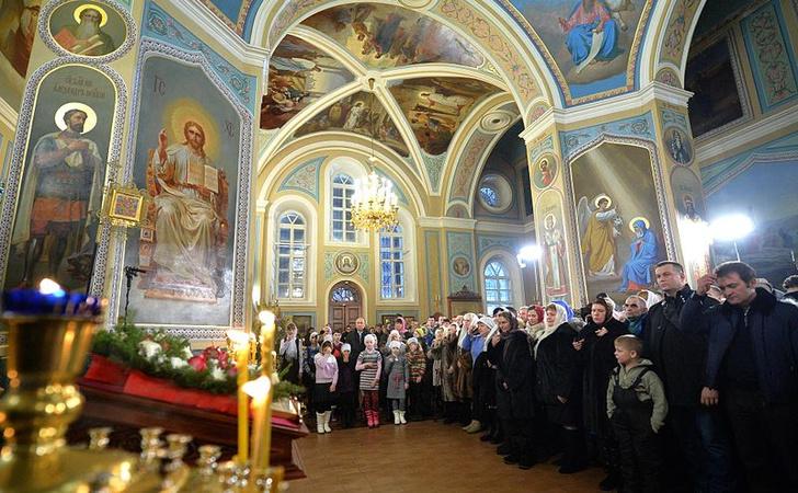 Фото №1 - РПЦ запретила верующим целовать крест, чашу и руку священника