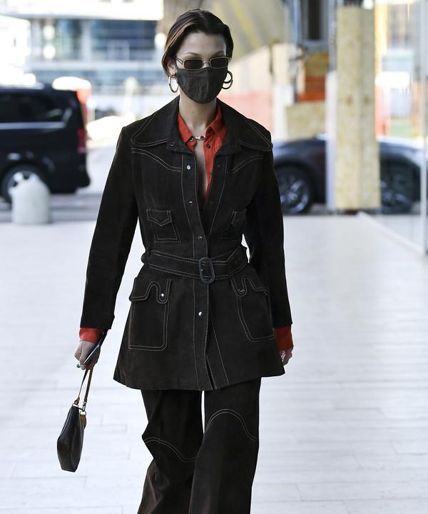С чем носить замшевый костюм, чтобы выглядеть как героиня стритстайл хроники? Показывает Белла Хадид