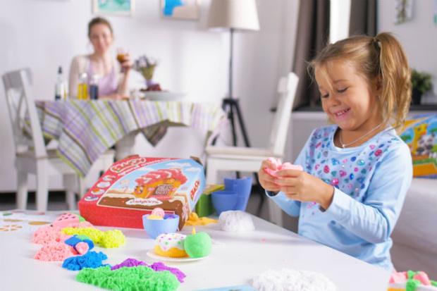 Фото №1 - 8 навыков, которые развивают дети с пушистым пластилином