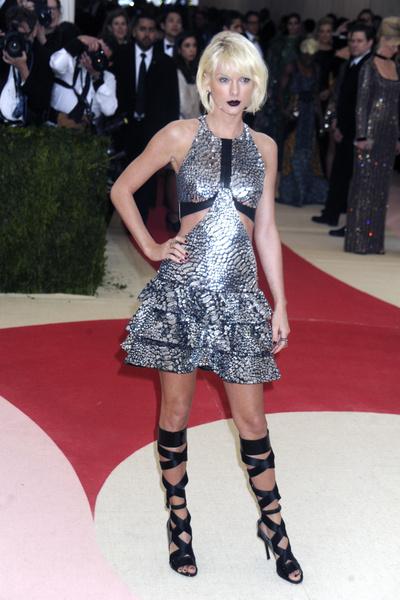 Фото №5 - 10 самых нелепых образов звезд в блестящих платьях