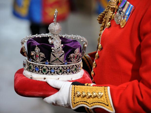 Фото №2 - Зачем Елизавета II надевала корону, чтобы ответить на письма