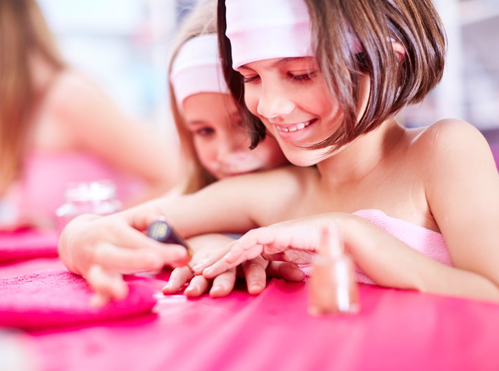 Фото №1 - Детский маникюр: о чем следует знать, поддавшись просьбам дочери