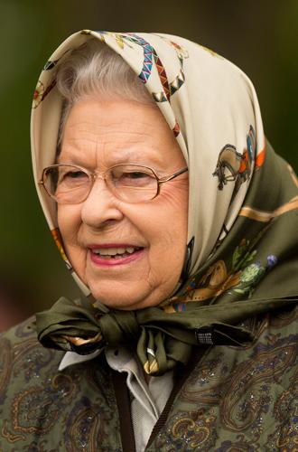 Фото №18 - Как отличить Королеву: каблук 5 см, сумка Launer, яркое пальто и никаких брюк