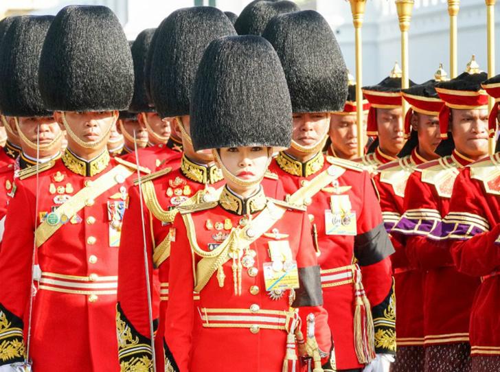 Фото №3 - Король Таиланда продолжает «чистку» во дворце