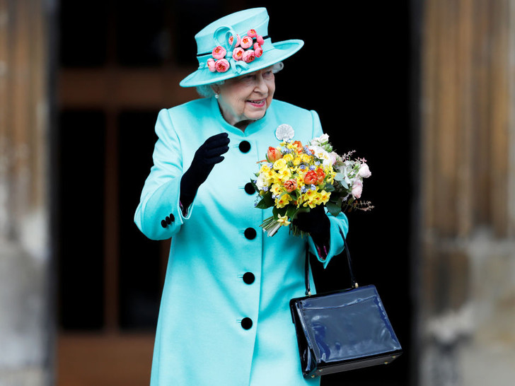 Фото №3 - Образ монарха: два важных аксессуара, без которых Королева не выходит из дома