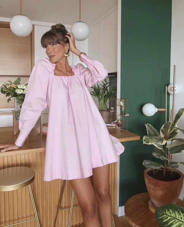 Фото №1 - Очень нежное розовое или черное «кукольное» платье? Дилемма эталонной француженки Жюли Феррери
