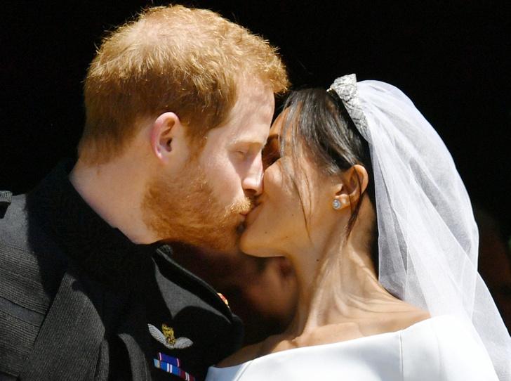 Фото №4 - О чем говорили жесты Гарри и Меган на свадьбе (и о чем пара шепталась)