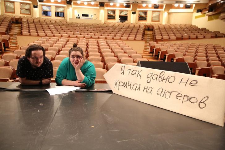 Фото №7 - «Никто не целится в смотрителя из лука»: российские театры, музеи и библиотеки пытаются весело скучать по посетителям (фото)