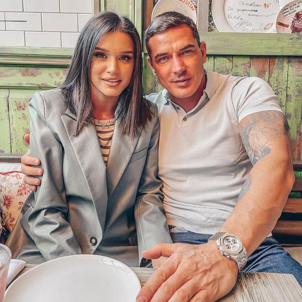 Фото №1 - На фоне слухов о разводе Ксения Бородина отдала дочь мужу с синяком на лице