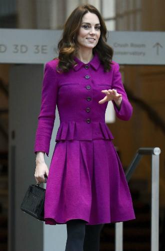 Фото №5 - Вслед за Меган: герцогиня Кембриджская выбирает королевский фиолетовый для нового визита