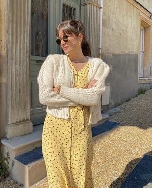Фото №1 - Цветочное платье + «воздушный» кардиган: идеальный образ Жюли Феррери для романтического свидания