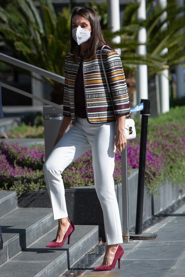 Фото №2 - Жакет Zara + белые брюки и бархатные лодочки: идеальный образ королевы Летиции для долгих прогулок