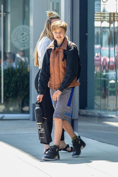Фото №1 - Передумала быть Джоном? 14-летняя Шайло Джоли-Питт впервые за много лет выглядит как девочка с хвостиком и в коротких женских шортах