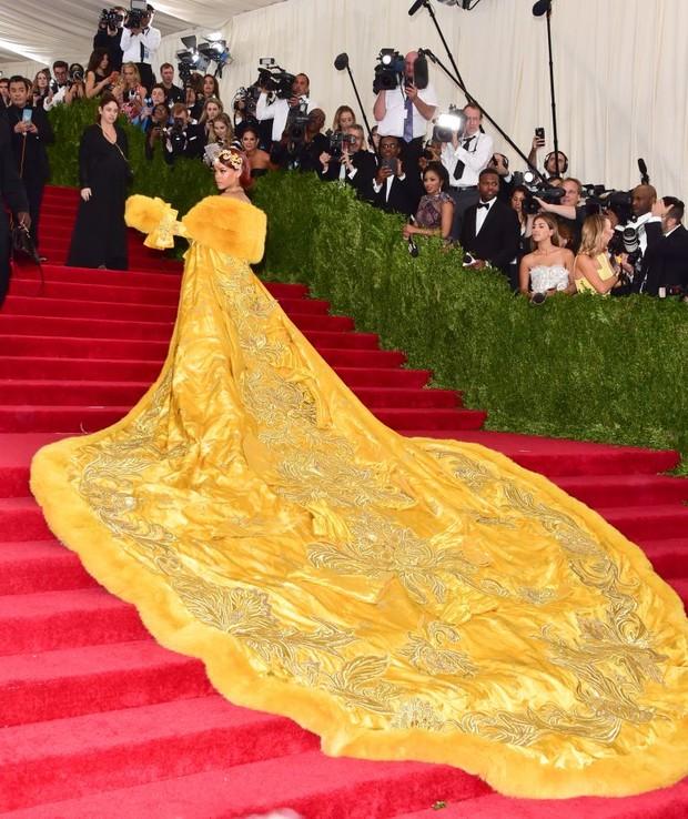 Фото №2 - «Я чувствовала себя клоуном»: Рианна неожиданно раскритиковала свое самое иконическое платье