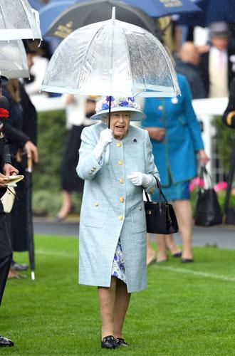 Фото №5 - Королева стиля: 5 образов Елизаветы II на Royal Ascot