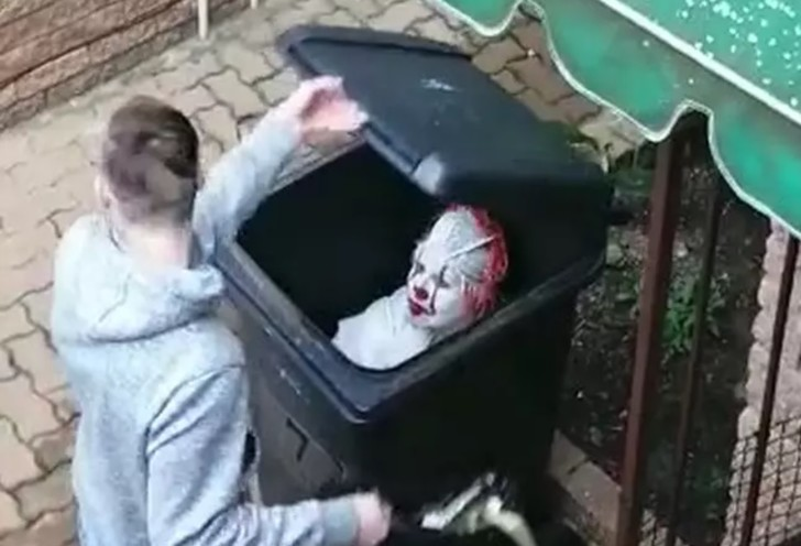 Фото №1 - Чтобы проучить сына, мать нарядилась Пеннивайзом и затаилась в мусорном баке(видео)