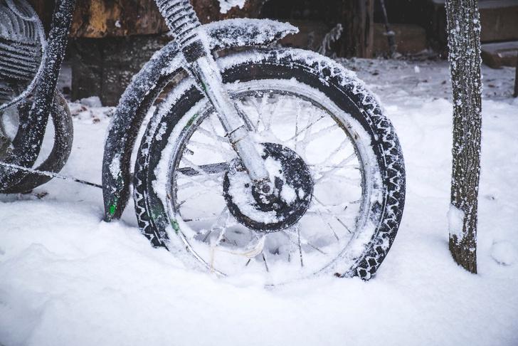 Фото №6 - Гусеницы, саморезы, седло с подогревом: 5 интересных фактов о зимней езде на мотоцикле