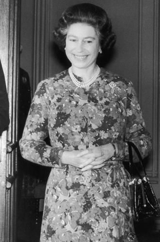 Фото №3 - Зачем Елизавете II столько одинаковых сумок Launer?
