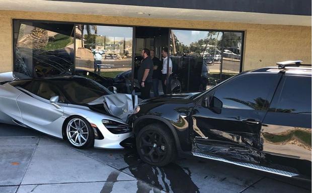 Фото №1 - Водитель BMW врезался в салон McLaren и разбил две машины стоимостью по 350 тысяч долларов