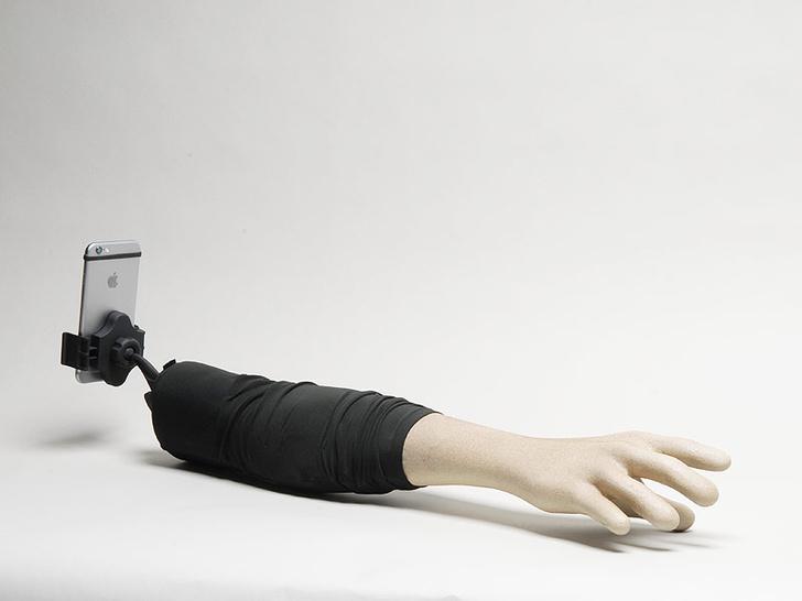 Фото №2 - Всегда одна на фото? Selfie Arm решит проблему!