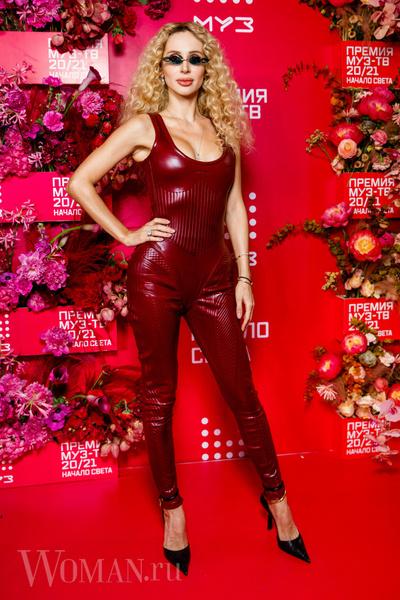 Фото №3 - «Голая» Клава Кока, любвеобильный Филипп Киркоров и розовый Даня Милохин: самые яркие наряды звезд на «Премии Муз-ТВ»