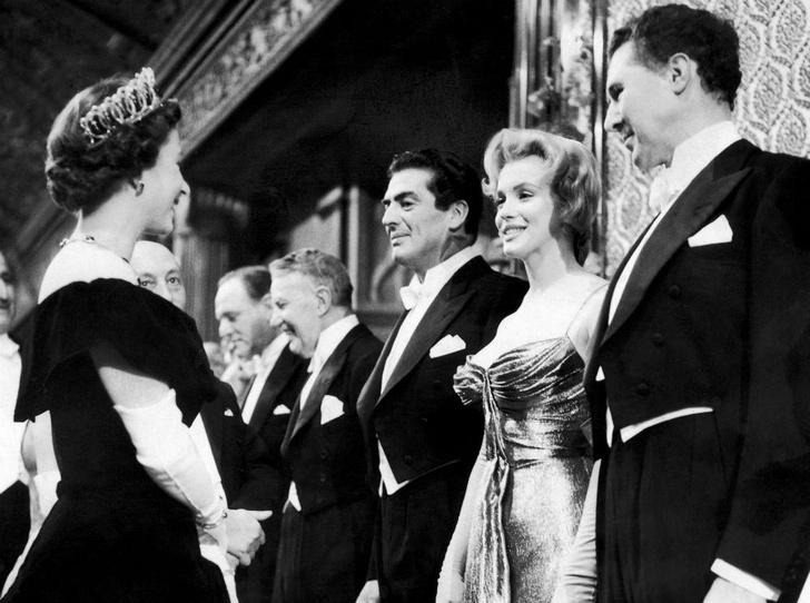 Фото №1 - Две королевы: как прошла единственная встреча Елизаветы и Мэрилин Монро