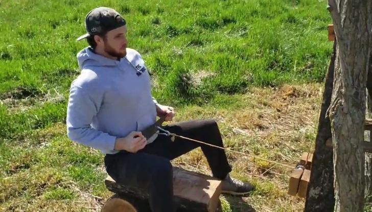 Фото №1 - Американец на изоляции сделал себе качалку из бревен (видео)