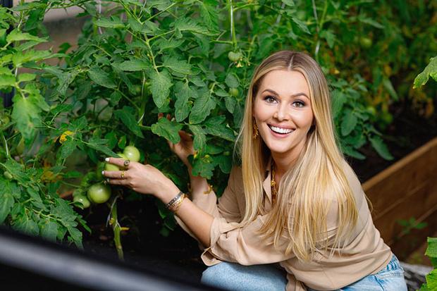 Фото №1 - Мария Кожевникова: «Сажаю помидоры, завели кур, в планах— пасека»