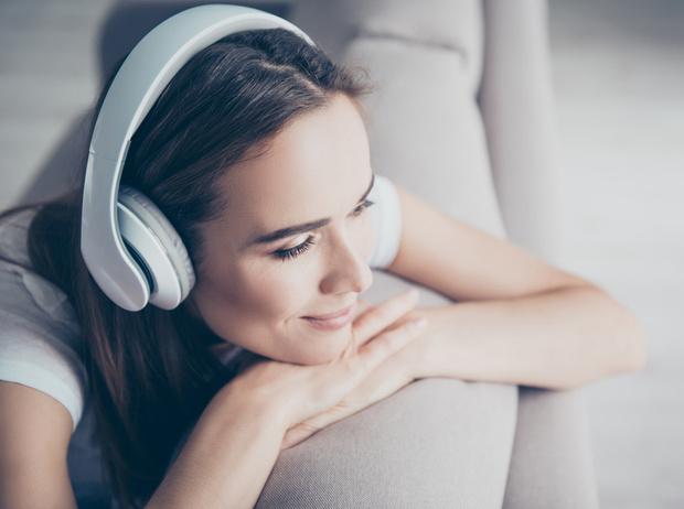 Фото №1 - В поисках любви: 5 новых аудиокниг об отношениях