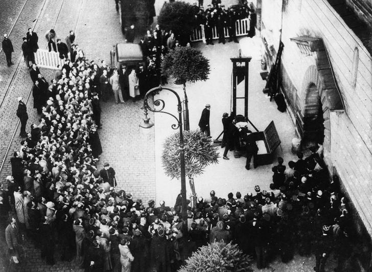 Фото №2 - Последняя публичная казнь через отсечение головы гильотиной во Франции: история одного фото