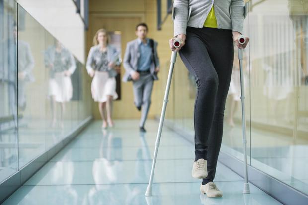Фото №2 - Женщина 5 лет ходит на костылях из-за неудачного кесарева