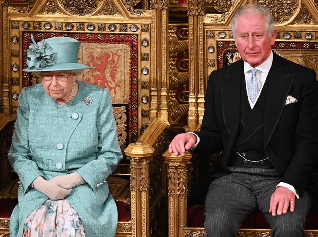 Фото №1 - Королева нарушила многолетнюю традицию (и собственные правила стиля)