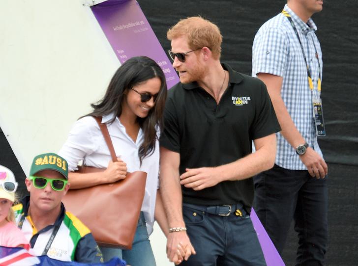 Фото №2 - Почему Гарри не берет Меган за руку в присутствии королевы