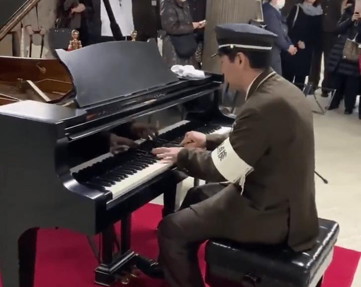 Фото №1 - Работник японской подземки удивил пассажиров игрой на фортепиано (видео)