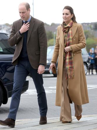 Фото №5 - Клетка, джинсы и костюмы: все наряды герцогини Кейт в туре по Шотландии