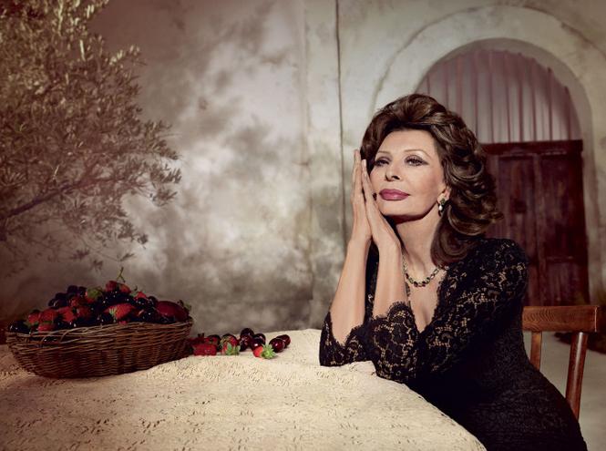 Фото №1 - Объект желания: помада Dolce & Gabbana Sophia Loren N°1