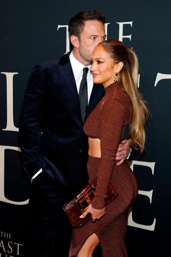 Фото №1 - Любовь, похожая на сон: очень страстный поцелуй Дженнифер Лопес и Бена Аффлека на премьере в Нью-Йорке. И их изумительные осенние образы
