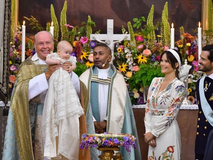 Фото №1 - Необычный образ мамы и много милых фото: самая красивая королевская пара Европы крестила сына