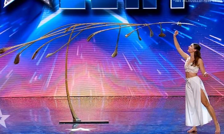 Фото №1 - Виртуозный номер «богини баланса» в итальянской «Минуте славы» (видео)