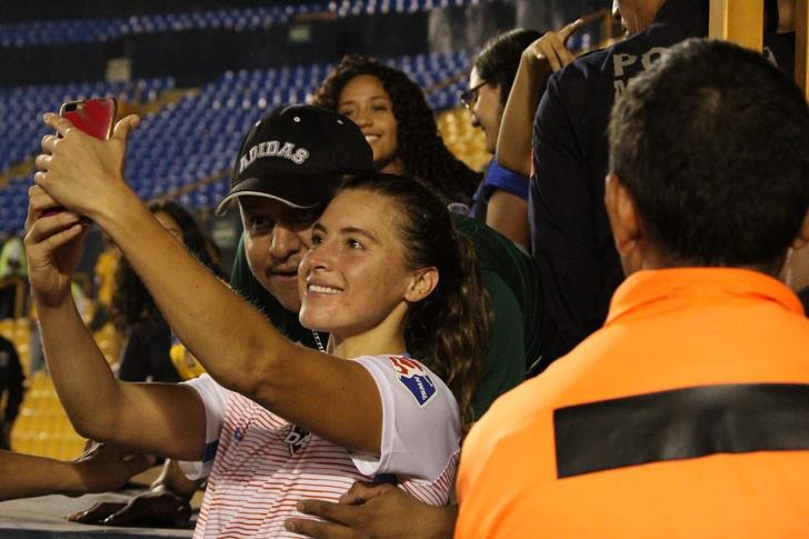 Фото №2 - Фанат положил футболистке руку на грудь во время селфи и поплатился