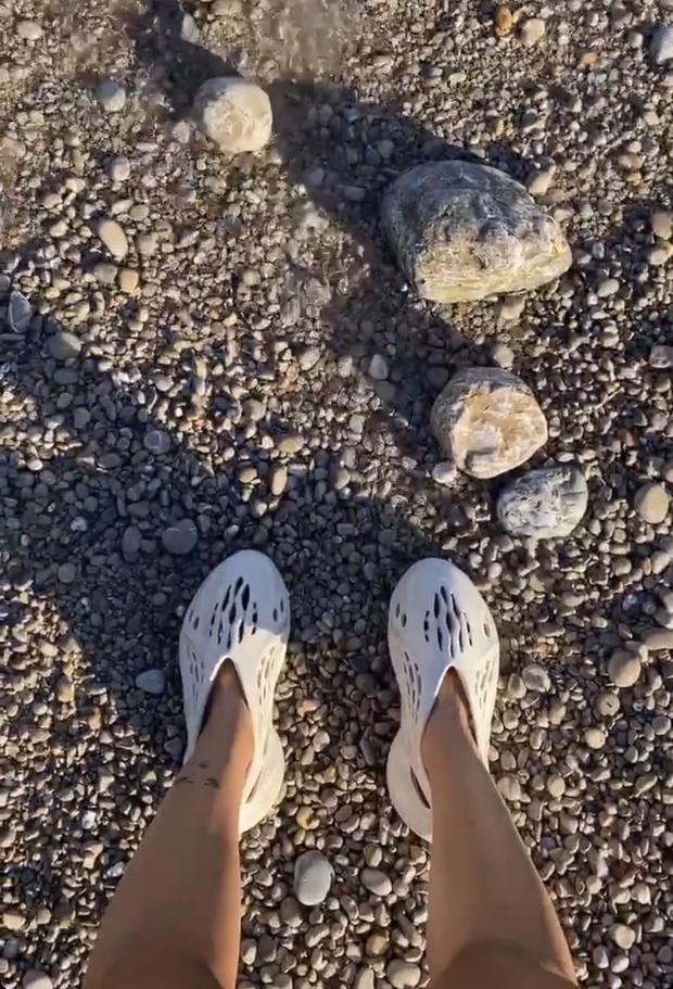 Фото №2 - Какую обувь носят инопланетяне и Сита Абеллан? Adidas Yeezy Foam Runner из водорослей