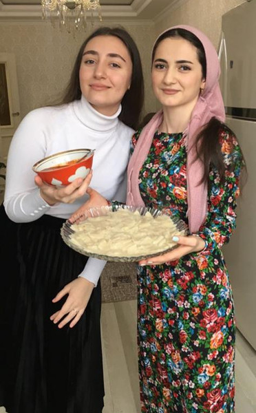 Патимат (слева) с подругой