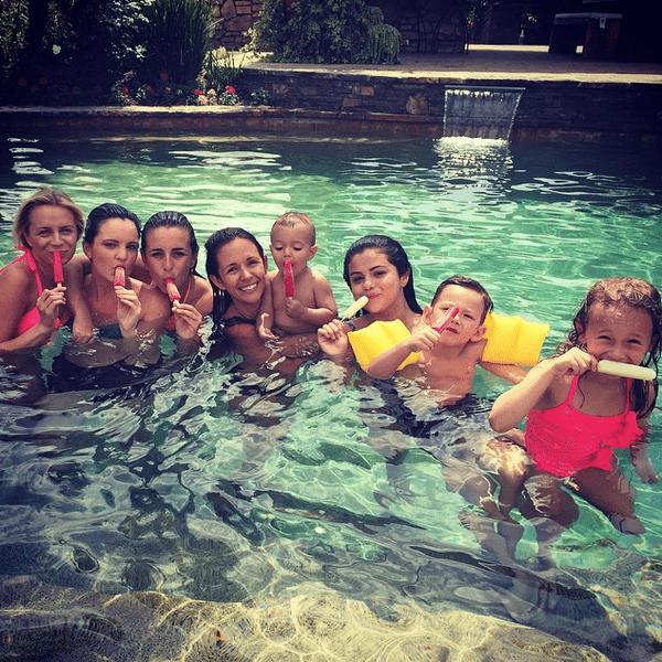 Фото №16 - Звездный Instagram: Отвисаем у бассейна