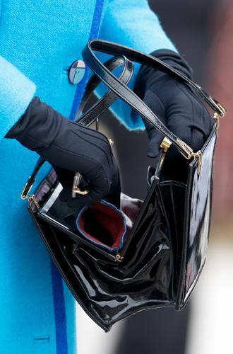 Фото №12 - Как отличить Королеву: каблук 5 см, сумка Launer, яркое пальто и никаких брюк