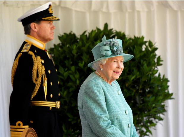 Фото №1 - Скромный праздник: как Королева отметила свой официальный день рождения