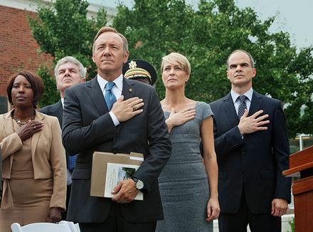 Сериал «Карточный домик». Конгрессмен Фрэнк Андервуд пролагает путь к вершинам государственной власти в США, не считаясь с моралью и самой человечностью. Но странным образом именно эта сторона его образа и действий интригует зрителя.