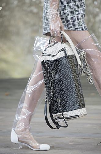 Фото №34 - Стразы, ботфорты и колготки в сеточку: как в моду входит все то, что раньше считалось безвкусицей